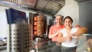"""Verwandschaft am Grill: Theocharis Petridis, hier mit seiner Tochter Anastasia, hat den Imbiss """"To Steki"""" gegründet."""