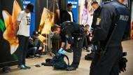 Druck auf die Szene: Die Frankfurter Polizei setzt im Kampf gegen die Drogenkriminalität vor allem auf unangekündigte Kontrollen, wie hier im Oktober in der B-Ebene des Hauptbahnhofs.