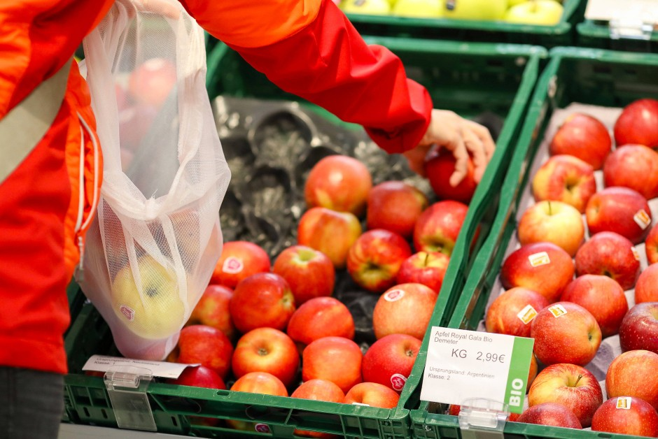 An der Obsttheke wählen viele Kunden genau aus: Das Obst mit Druckstellen wird liegen gelassen – und dann weggeworfen.
