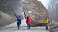 28. Februar 2015. Nichts geht mehr auf dieser Straße in der Nähe von Moûtiers. Ein herabgestürzter Felsbrocken versperrt – pünktlich zum Wochenende – den Weg im Tarentaise-Tal in Frankreichs größtem alpinen Skigebiet.