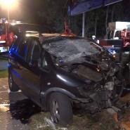 Einsatzkräfte der Feuerwehr und der Polizei stehen am Unfallort in Niedersachsen
