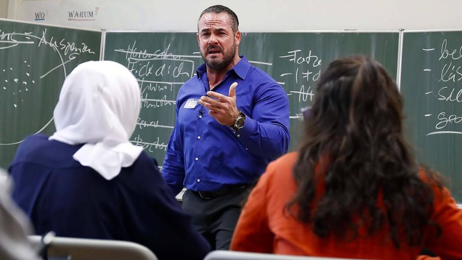 Beleidigungen im Alltag können ein Anfang von Mobbing sein: Carsten Stahl in einer Berliner Schule im November 2016.