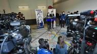 """Cheng Lai Ki bei einer Pressekonferenz am 30. Dezember in Hongkong, nachdem die beiden jüngsten Mitglieder der """"Hongkong 12"""" freigelassen wurden"""