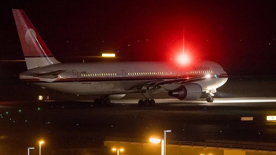 Anfang 2017 rollt ein mit abgelehnten Asylsuchenden besetztes Flugzeug auf dem Flughafen in München zur Startbahn.