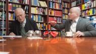 """""""Sie sind auch nicht zeitgemäß. Und das würde ich Ihnen auch nie zum Vorwurf machen"""" - Oliver Hilmes (rechts) im Gespräch mit Peter Gauweiler in dessen Münchner Kanzlei-Bibliothek"""