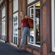 Hürdenlauf zum barrierefreien Bahnsteig: Erst ein Ticket ziehen, dann auf einen Metallsitz klettern, die Koffer durch das Fenster hieven und anschließend hinterherklettern.