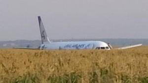 Passagierflugzeug landet bei Moskau in Maisfeld