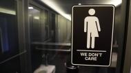 Dieses Zeichen hängt aus Protest an einer Toilette in einem Museum in North Carolina (Archivbild).