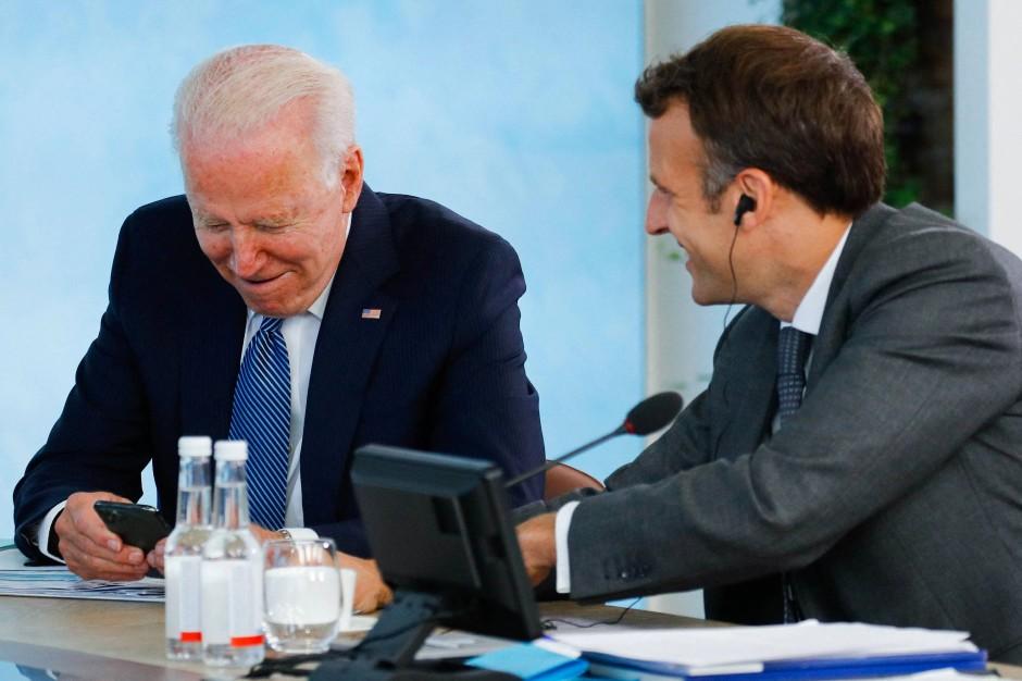 Joe Biden und Emmanuel Macron während des G-7-Gipfels am Sonntag