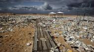Düstere Aussichten: Ein Strand in Libanon ist vollkommen verdreckt von Plastikmüll.