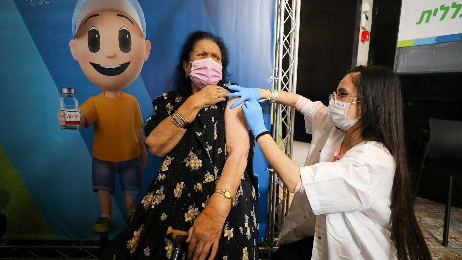 Impfauffrischung: In Israel können Über-60-Jährige sich eine dritte Spritze abholen.