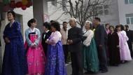 Nordkoreaner stehen in Pjöngjang in einer langen Schlange vor einem Wahllokal an, um ihre Stimme abzugeben