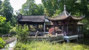 Chinesische Handwerker bauen Wasserpavillon wieder auf