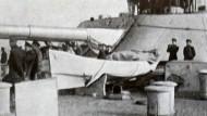 """Offiziere auf dem russischen Schiff """"Imperatriza Marija"""", inspizieren Auswirkungen eines Beschusses."""