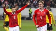 Haris Seferovic (l) und Nico Elvedi sicherten der Schweiz die Teilnahme am Final Four.