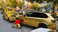 Düsseldorf: Ein goldener SUV wird nahe der Königsallee abgeschleppt.