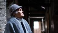 Lidia Maksymowicz steht in der Kinder-Baracke, in der sie als Kind in Auschwitz inhaftiert wurde.