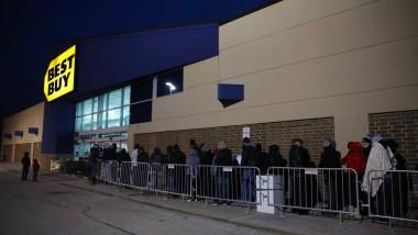 """Typisch """"Black Friday"""": Vor den Läden wie hier in Arlington bilden sich lange Schlangen."""