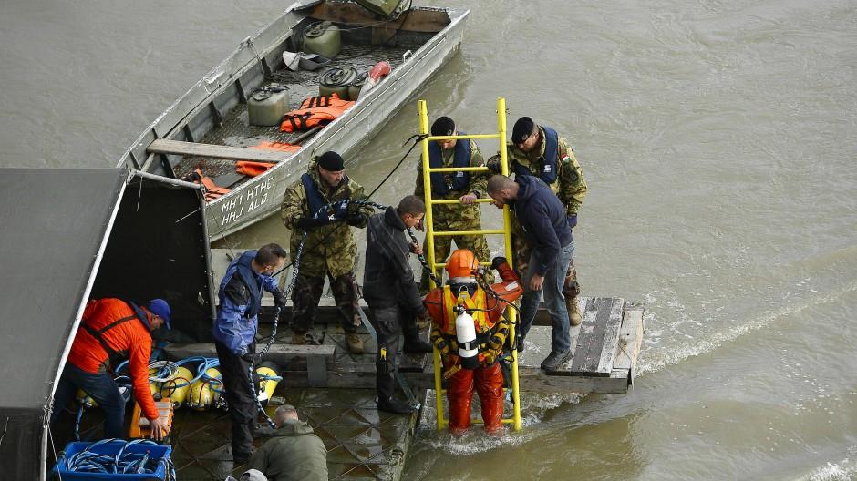 Taucher suchen nach den vermissten Passagieren.