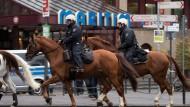 Berittene Polizisten am Samstag im Einsatz vor dem Hotel Maritim in Köln, wo sich die AfD zu ihrem Parteitag trifft.