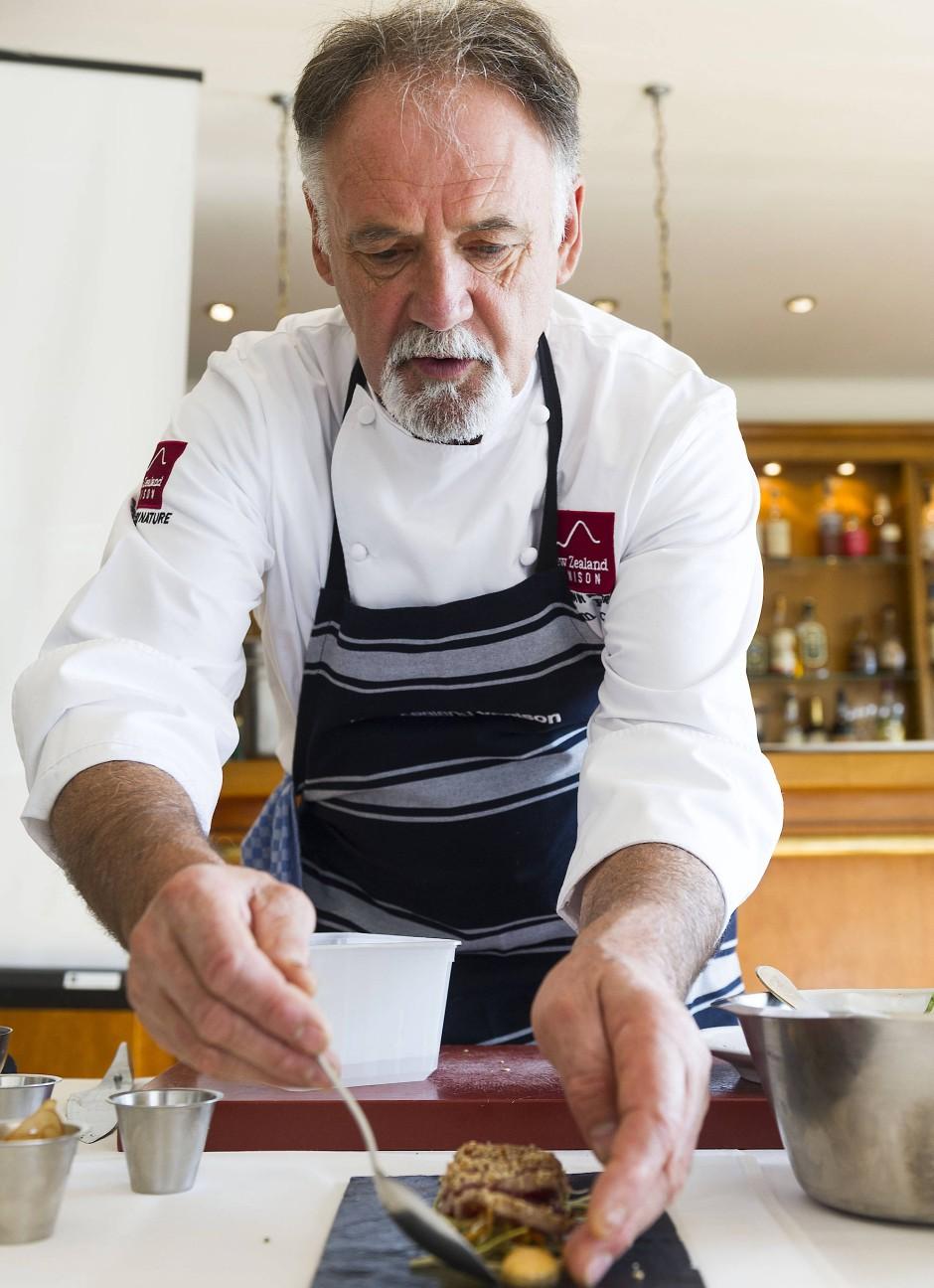Der neuseeländische Starkoch Graham Brown zeigt, wie man Hirschfleisch zubereitet und serviert. Für die eigene Küche bietet sich ein einfach gutes Rezept an.