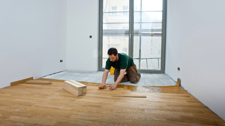 Eine Frage des Preises: Fertigparkett kostet weniger als Massivholz, aber die einzelnen Holzstücke sind versiegelt oder lackiert und fraglich ist, was für Substanzen ausgedünstet werden.