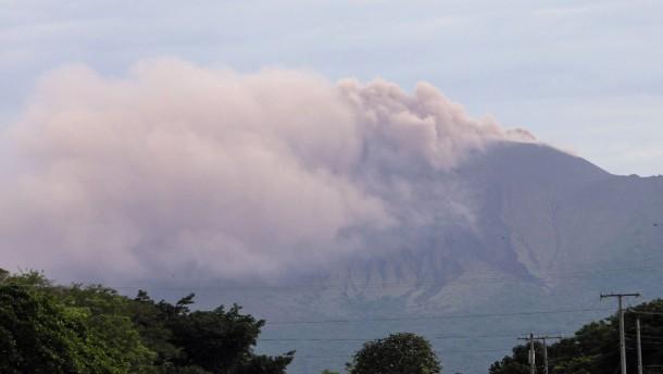 Vulkan in Nicaragua spuckt Asche in den Himmel