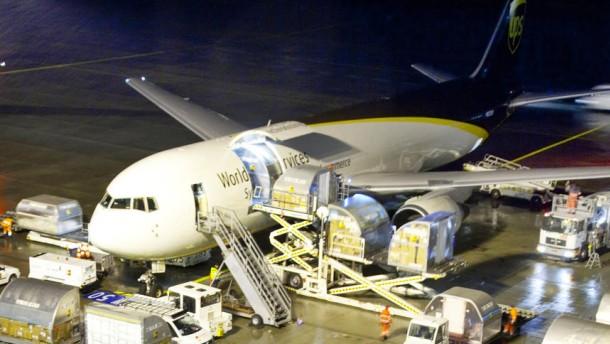 General images during a night shift at UPS Cargo Center Cologne - UPS Airline ist eine Cargo-Frachtfluggesellschaft mit Sitz in Louisville und ist Tochtergesellschaft von United Parcel Service. Köln ist deren Europäisches Drehkreuz.
