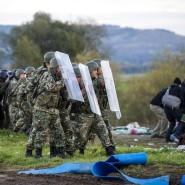 Sackgasse: Mazedonische Sicherheitskräfte stellen sich Flüchtlingen entgegen, die aus Griechenland über die Grenzen drängen. Nahe dem mazedonischen Grenzort sitzen Flüchtlinge fest, die nicht aus Syrien, Afghanistan oder dem Irak stammen.