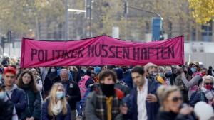 """""""Querdenken""""-Bewegung zieht vor Gericht"""