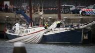 Experten untersuchen das Schiff: Beim Abknicken des Mastes sind drei Menschen gestorben.