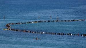 Surfer protestieren im Kreis