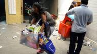 Demonstranten stehlen am Donnerstag während der Proteste Gebrauchsgüter aus einem Geschäft im mexikanischen Veracruz.