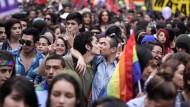 In Santiago sind Tausende Menschen auf die Straße gegangen, um für die Gleichberechtigung gleichgeschlechtlicher Paare zu demonstrieren.