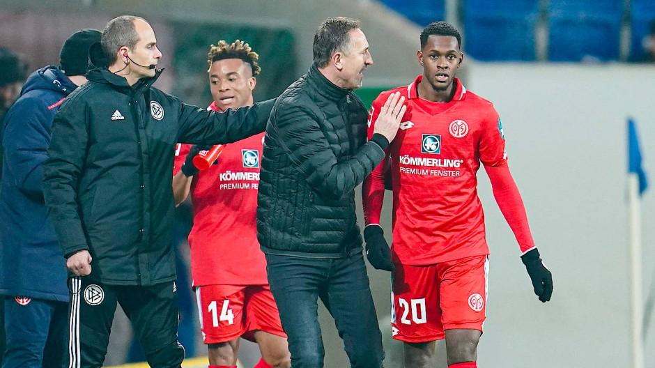 Coach Achim Beierlorzer im intensiven Gespräch mit Edimilson Fernandes