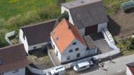 Eine Luftaufnahme des Hauses in Höxter-Bosseborn. Die Polizei räumt derweil die Immobilie aus, um weitere Spuren zu finden.