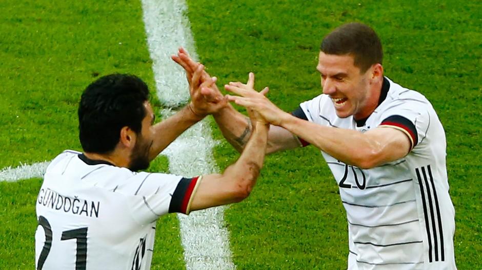 Robin Gosens klatscht bei Ilkay Gündogan nach seinem 1:0 gegen Lettland ein.