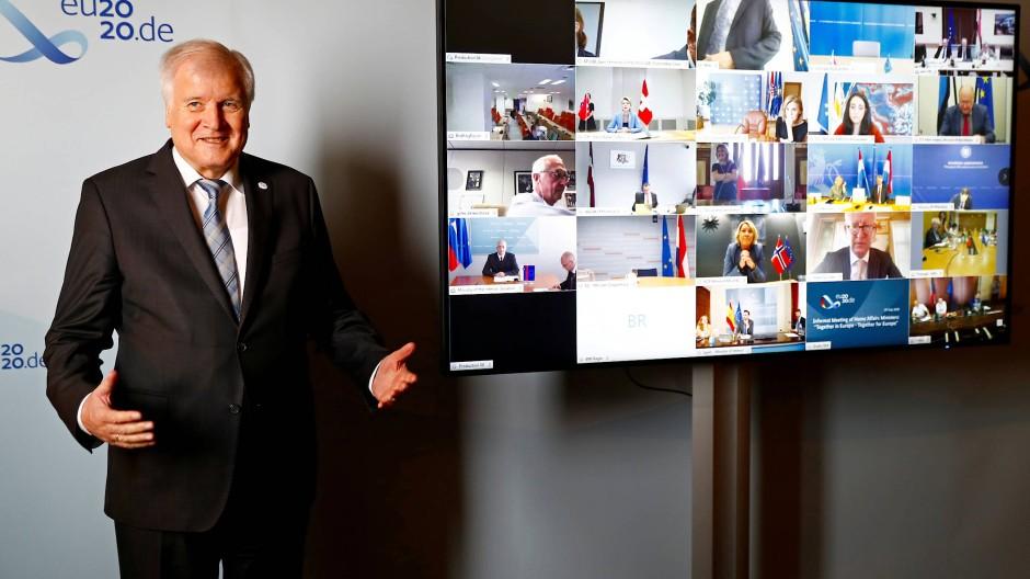 Virtuelles Gruppenfoto: Im Zuge der deutschen Ratspräsidentschaft hat Horst Seehofer in den nächsten sechs Monaten den Vorsitz, wenn die Innenminister der EU sich treffen oder wie in diesem Fall zusammenschalten.