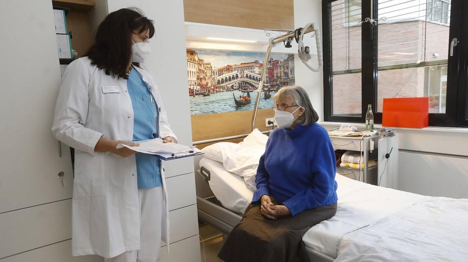Zeit für die Seele: Chefärztin Petra Wagner und eine ältere Patientin in der Bad Sodener Klinik