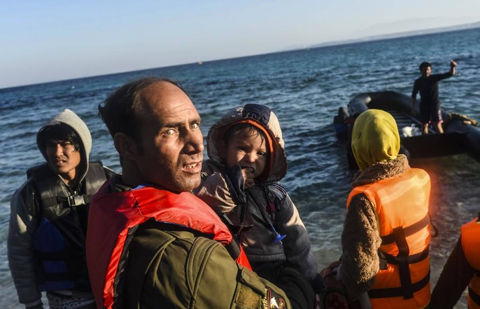 Hoffnung auf ein besseres Leben: Flüchtlinge warten am Mittwoch bei Cesme an der türkischen Küste darauf, mit dem Boot auf die griechische Insel Chios überzusetzen