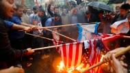 Iraner verbrennen in Teheran amerikanische und israelische Flaggen, nachdem Trump den  Ausstieg der Vereinigten Staaten aus dem Atomabkommen verkündet hat..