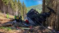 Retter arbeiten am Wrack einer Gondel, die in der Nähe des Gipfels der Stresa-Mottarone-Linie in Norditalien abgestürzt war.