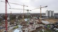 Sechs Kräne für das große Ganze: Die Arbeiten in der riesigen Baugrube des Klinikneubaus in Frankfurt-Höchst gehen zügig voran.