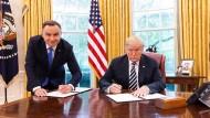 Ist da was faul? Der polnische Präsident Andrzej Duda und Donald Trump bei der Unterzeichnung eines Vertrags über die strategische Partnerschaft ihrer Länder.
