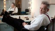"""Der Schauspieler, der einen Schauspieler spielt, der einen König spielt: Gert Voss in der Garderobe vor einer Aufführung von Thomas Bernhards """"Einfach kompliziert""""."""