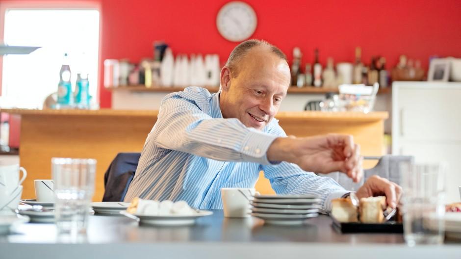Der CDU-Politiker Friedrich Merz am Dienstag bei Kaffee und Kuchen in der Arnsberger Bäckerei Jürgens