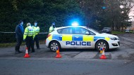 Nach der Flugzeug-Kollision: Die Polizei sperrt eine Straße bei Waddesdon ab.