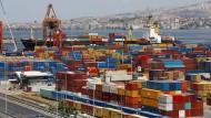 Container sind im Hafen von Izmir zu sehen.