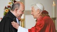 """""""Ökumenische Gastgeschenke"""" hatte er keine dabei: Auf seinem Deutschlandbesuch 2011 traf der Papst auch auf den EKD-Ratspräsidenten Nikolaus Schneider"""
