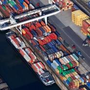 Die Exporte trifft die Corona-Krise massiv: Schiffe im Containerhafen in Duisburg